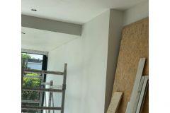 strakke-muren-en-plafond-met-inbouwspotjes